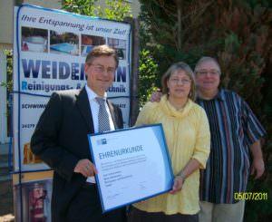 von links Herr Heustock IHK, Beate und Detlef Weidemann