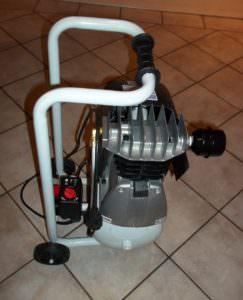 Kleiner leistungstarker Kompressor zum Betreiben vom Dewemat DL. Er kann über einen langen Druckschlauch ausserhalb der Räume, in der der Dewemat DL benutzt wird, aufgestellt werden.