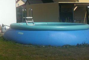 selbstaufstellender Pool Ø 5m mit aufblasbarem Ringwulst gefüllt.