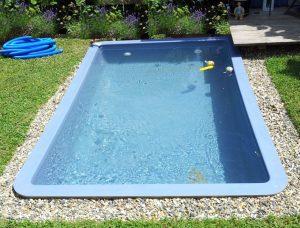 kleines GFK Becken ca 250 x 150 x 53 cm mit kleiner Sandfilteranlage.