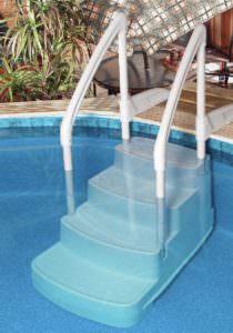 Kunststoff Einstelltreppe freistehend zum nachträglichen Einstellen in das Becken. Treppe wird mittels einer Halterung mit dem Beckenrand verbunden.