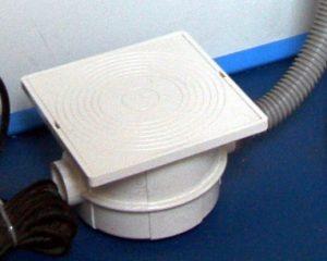 PVC Anschlussdose als Trennstelle für den Beckenstrahler und der Verbindung mit dem Trafo.