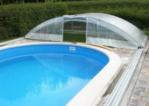 Schiebehalle auf den verlängerten Schienen hinter das Becken geschoben. Dabei schieben sich die Elemente ineinander.