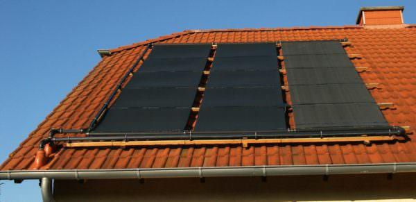 PE Solarabsorber auf Dach montiert.