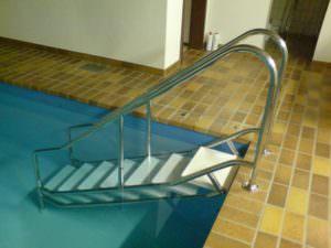 Einstiegstreppe V2A + V4A, bis 180 cm Wassertiefe, Breite 50 cm mit Kunstoffstufen. Verbreiterbar auf 95 cm Breite. Kann anstatt einer Leiter eingebaut werden.